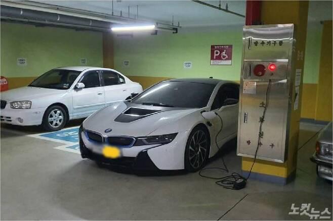 최근 보배드림에서는 고급 외제차량이 소화전의 전기를 끌어다 쓴 사진이 공개돼 논란이 되고 있다. (사진=보배드림)