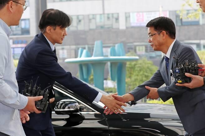 ⓒ연합뉴스조국 장관이 9월25일 검사와의 대화를 위해 대전지검 천안지청에 들어가면서 관계자와 인사하고 있다.