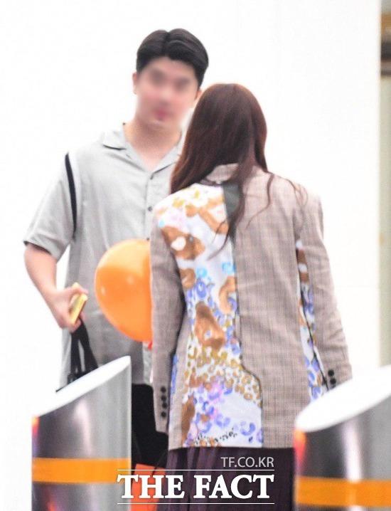 박규리와 송자호 큐레이터가 주변 시선을 크게 의식하지 않고 데이트를 하고 있다. /남윤호 기자