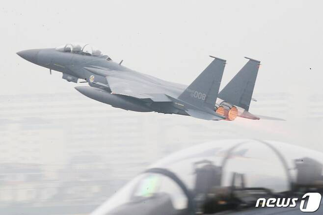 (대구=뉴스1) 공정식 기자 = 1일 국군의 날을 맞아 대구 공군기지(제11전투비행단)에서 열린 '제71주년 국군의 날 행사'에서 F-15K 전투기가 임무수행을 위해 이륙하고 있다. 2019.10.1/뉴스1  <저작권자 © 뉴스1코리아, 무단전재 및 재배포 금지>