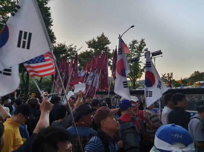 3일 오후 6시께 청와대 앞 사랑채에서 범보수 시위대가 바리케이드를 사이에 두고 경찰과 대치중이다. 시위대 중 일부는 각목을 휘두르면서 경찰 저지라인을 뚫으려다 35명이 경찰에 연행되기도 했다. [사진=김민지 기자]