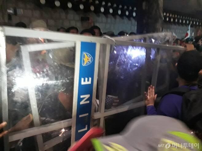 3일 오후 청와대 사랑채 인근에서 '조국 사퇴'를 요구하던 집회 참가자들이 경찰과 대치하다 경찰 방패를 뺏는 등 충돌을 벌이고 있다. /사진=방윤영 기자