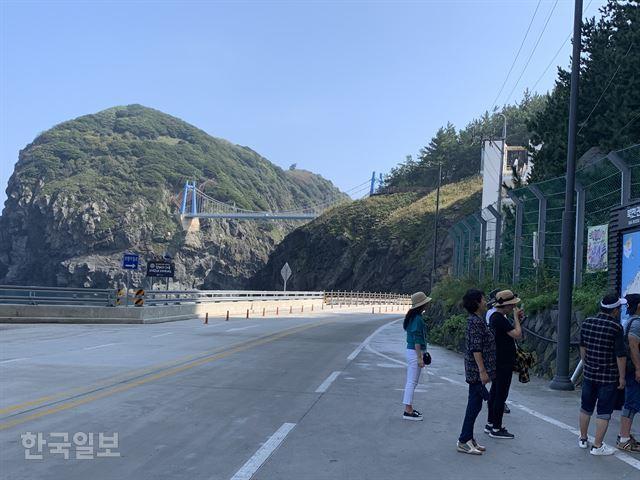 경북 울릉도 일주도로 가운데 미개통 구간이었던 4.75km 구간 중 마지막 터널인 섬목 터널을 지나면 그 동안 발길이 뜸했던 관음도와 섬을 연결하는 연도교의 모습이 한 눈에 들어온다. 김재현기자 k-jeahyun@hankookilbo.com