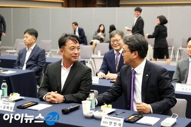김택진 엔씨소프트 대표(왼쪽)와 안민석 의원