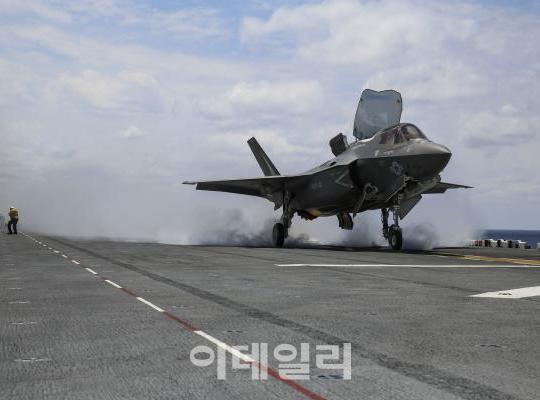 F-35B 전투기가 미 해군 강습상륙함인 와스프(LHD-1)에서 이륙하고 있다. [사진=록히드마틴]