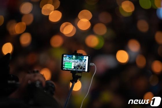 제9차 검찰개혁 촛불문화제가 열린 12일 서울 서초구 대검찰청 앞에서 한 1인 미디어가 검찰개혁을 촉구하는 촛불을 생중계하고 있다. /사진=뉴스1