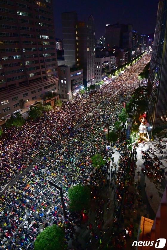 검찰 개혁을 요구하는 시민들이 12일 서울 서초대로 서초역 일대에서 집회에 참가해 촛불을 들고 있다. 이날 사법적폐청산 범국민 시민연대는 제9차 검찰개혁 촛불문화제를 열고 검찰의 개혁을 요구했다. 사진은 사랑의교회 시계탑에서 바라본 집회 전경. /사진=뉴스1