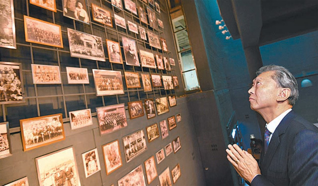 하토야마 유키오 전 일본 총리가 12일 부산 남구 국립일제강제동원역사관에서 강제징용 피해자들의 사진을 바라보며 손을 모아 애도하고 있다. 일제의 강제동원 실상을 알리고 희생자를 애도하기 위해 2015년 문을 연 이 역사관에 하토야마 전 총리가 일본 정치인 가운데 처음으로 방문했다. 부산=뉴시스
