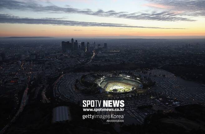 ▲ LA 다저스타디움과 LA 다운타운 주변 풍경. 2014년 1월 25일 다저스타디움에서 열린 NHL(북미프로하키리그) LA 킹스와 애너하임 덕스 경기 공중촬영 사진.