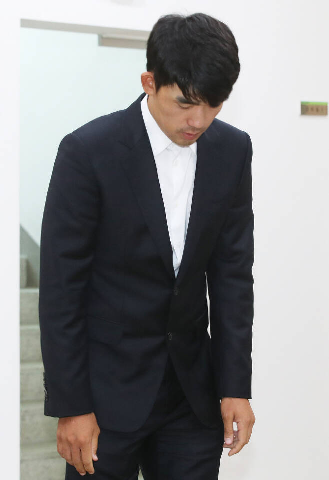 김비오가 지난 1일 경기도 성남시 KPGA빌딩에서 열린 상벌위원회에 출석하며 고개를 숙이고 있다. (사진=연합뉴스)