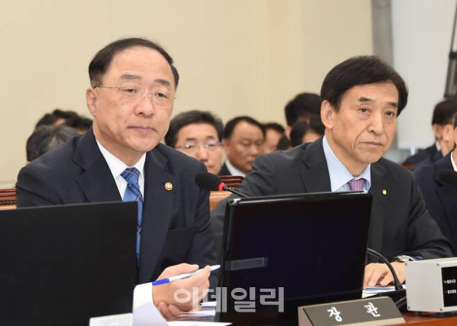 홍남기 부총리 겸 기획재정부 장관(왼쪽)과 이주열 한국은행 총재가 10월24일 국회에서 열린 2019년 국정감사에서 의원질의에 답변하고 있다. 기재부 제공