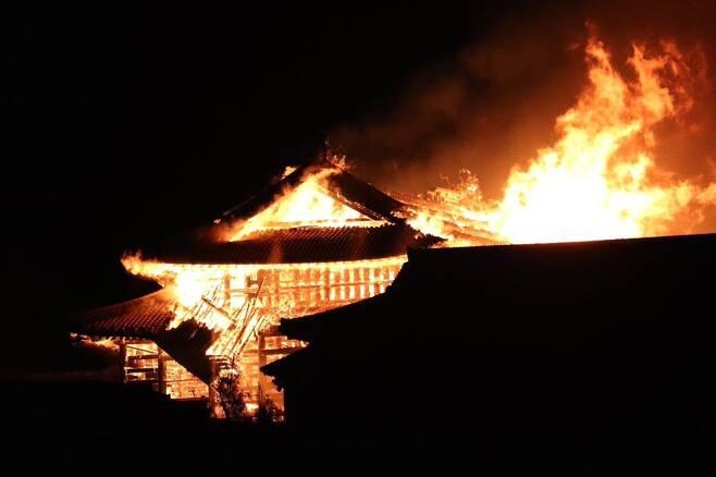 31일 화재로 인해 슈리성의 구조물이 떨어져 나가고 있다. [트위터]