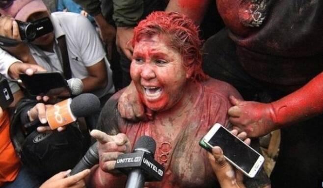 시위대에게 집단 린치를 당한 볼리비아 여성 시장. - BBC 화면 갈무리