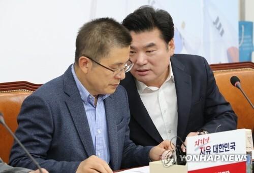 왼쪽부터 자유한국당 황교안 대표, 원유철 의원 연합뉴스 자료 사진