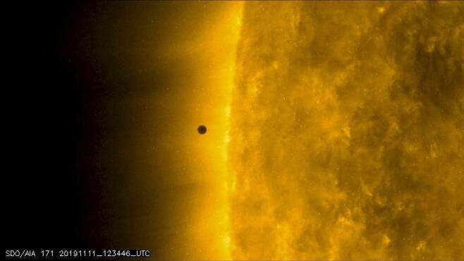 NASA의 태양활동관측위성(SDO)이 촬영한 수성의 태양면 통과