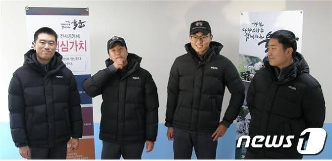 육군 22사단 장병들이 새로 보급받은 패딩형 동계점퍼를 입고 기념촬영을 하고 있다. (국방부 제공)© 뉴스1