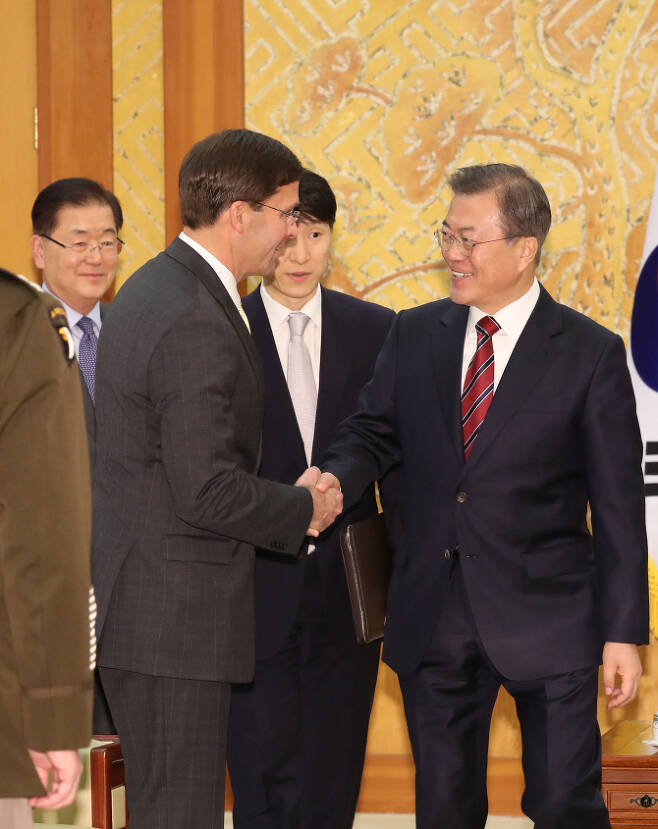 문재인 대통령이 15일 청와대에서 마크 에스퍼 미국 국방장관과 면담 전 인사를 하고 있다. (사진=연합뉴스)