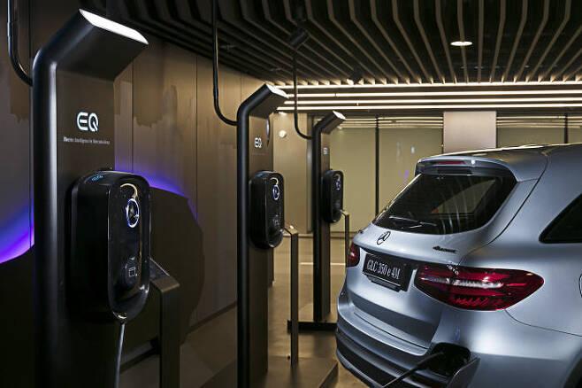 메르세데스-벤츠 EQ 차량용 충전기.