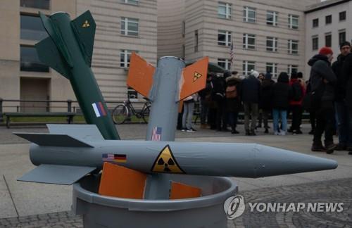 올 2월 1일 독일 베를린에서 열린 미국의 INF 조약 탈퇴 선언 항의 시위 현장에 등장한 미사일 모형 [DPA=연합뉴스 자료사진]