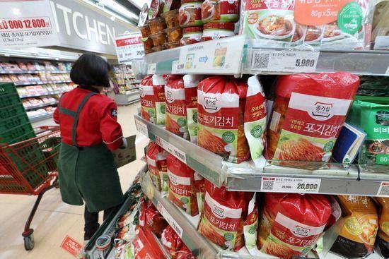 한 대형마트서 판매되고 있는 김치.사진은 기사 중 특정표현과 관계 없음. [이미지출처=연합뉴스]