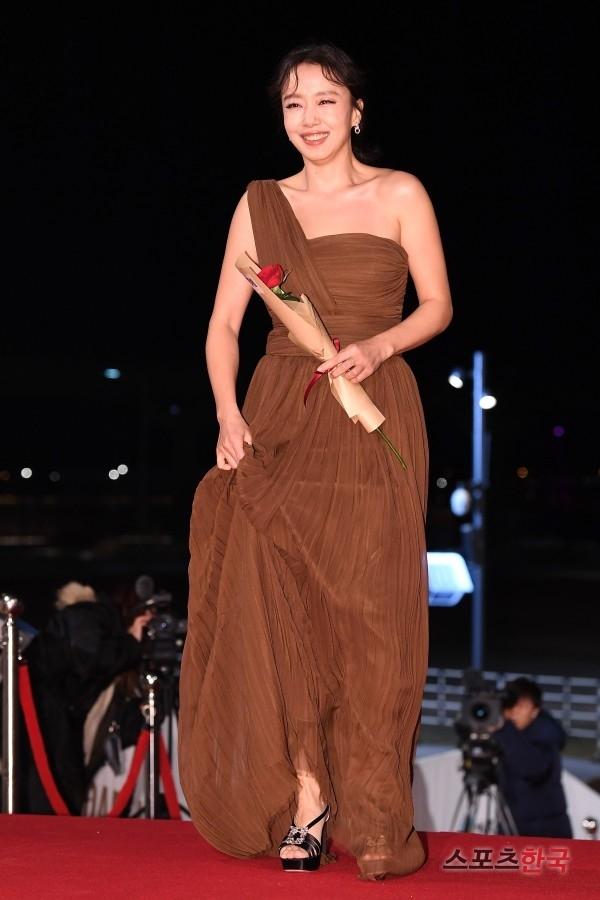제40회 청룡영화상 시상식 레드카펫 행사에 참석한 전도연. 사진=이혜영 기자 lhy@hankooki.com