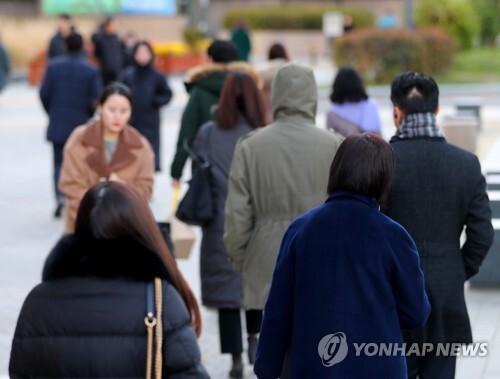 두꺼운 외투를 입은 채 걸어가는 시민들 [연합뉴스 자료사진]