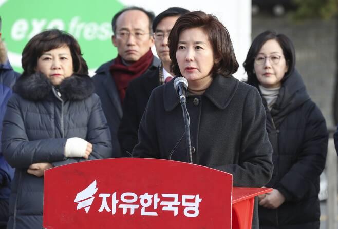 자유한국당 나경원 원내대표(오른쪽 둘째)가 25일 오전 청와대 앞에서 열린 최고위원회의에서 발언하고 있다.  임현동 기자