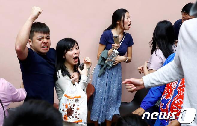 25일 홍콩의 사우스호라이즌 서구 투표소에서 범민주 진영 지지자들이 선거에서 승리를 거두자 기뻐하고 있다. © 로이터=뉴스1 © News1 우동명 기자