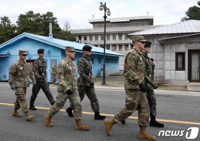 판문점 남측에서 주한미군과 국군 장병들이 이동하고 있다. <자료사진> 2019.4.26/뉴스1 © News1 사진공동취재단