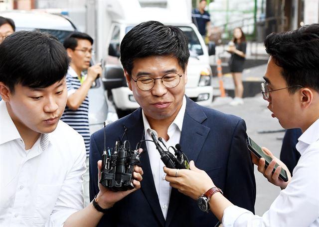 드루킹 인사청탁 연루 의혹을 받고 있는 백원우 청와대 비서관이 15일 오전 서울 강남구 특검 사무실에 참고인 신분으로 출석하고 있다. 김주성 기자