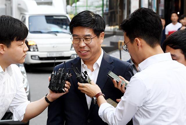 지난해 8월 서울 서초동 드루킹 특검 사무실로 출석하고 있는 백원우 전 청와대 민정비서관. 한국일보 자료사진