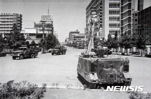 [광주=뉴시스]신대희 기자 = 1980년 5·18 당시 광주 동구 금남로 전일빌딩 주변 모습. (사진 = 5·18 기념재단 제공 사진 촬영)  photo@newsis.com