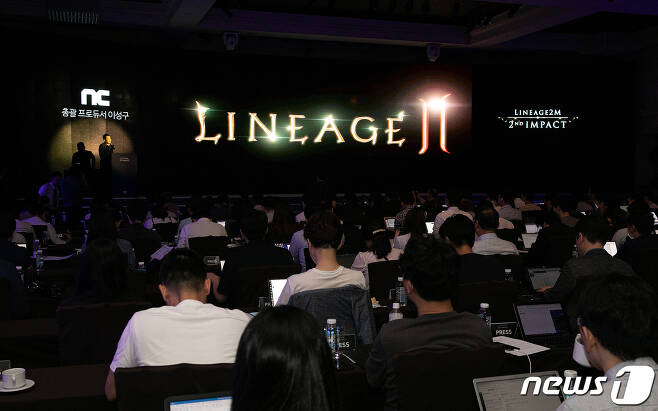 이성구 엔씨소프트 리니지2M 총괄프로듀서가 지난 9월 열린 엔씨소프트 리니지2M 미디어 쇼케이스 '2nd IMPACT' 행사에서 게임을 소개하고 있다.  © News1 이승배 기자