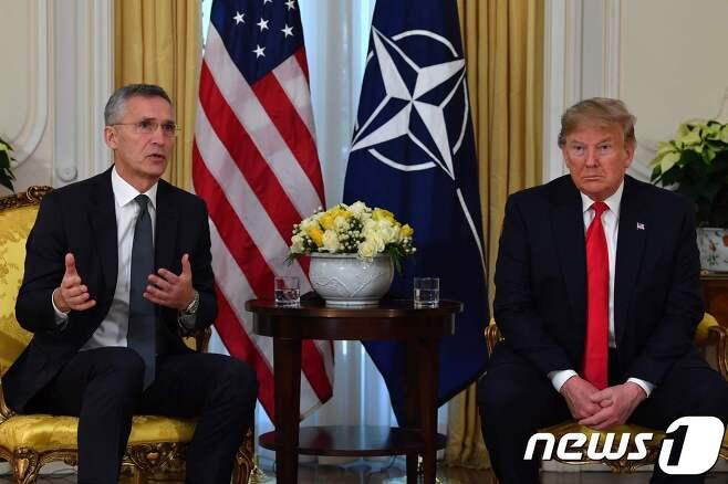 도널드 트럼프 미국 대통령과 옌스 스톨텐베르그 나토 사무총장이 3일(현지시간) 영국 런던에서 회담을 앞두고 기자들의 질문에 답변하고 있다. © AFP=뉴스1