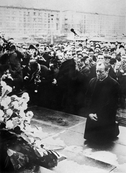 1970년 12월 7일(현지시간) 빌리 브란트 당시 독일총리가 폴란드 바르샤바 게토(유태인 강제거주지)의 희생자 기념비 앞에서 무릎을 꿇고 사죄하고 있다. /사진=AFP