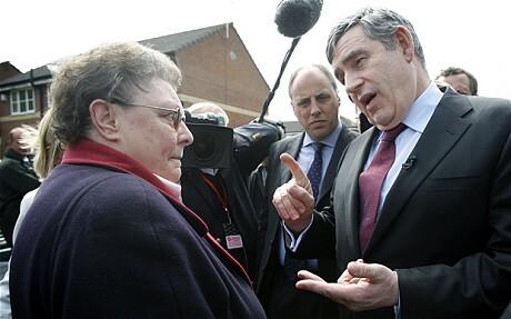 고든 브라운 전 영국 총리(오른쪽)가 2010년 길리언 더피와 논쟁하고 있다. 사진=텔레그래프 웹사이트 캡처. 국민일보DB