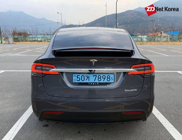 테슬라 모델 X 퍼포먼스 뒷모습. 밑줄이 쳐진 'DUAL MOTOR' 레터링이 새겨지면 퍼포먼스 차량임을 뜻한다. (사진=지디넷코리아)