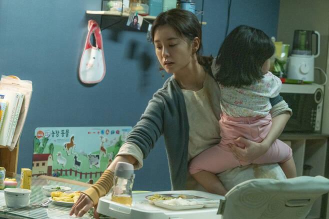 영화 <82년생 김지영>의 주인공 지영씨는 아이를 낳은 뒤 직장을 그만둔 경력단절여성이다. 롯데엔터테인먼트 제공