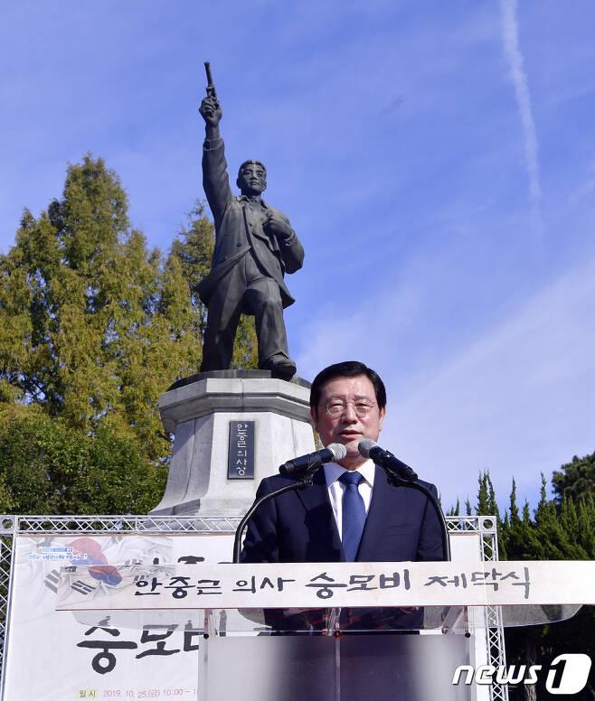 지난 10월 안중근 의사 숭모비 제막식에서 기념사를 하는 이용섭 광주시장.(광주시 제공) (뉴스1DB) © News1