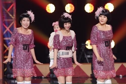 안소미(가운데)가 딸 로아 양을 업고 14일 방송되는 KBS '개그콘서트' 무대에 오른다.