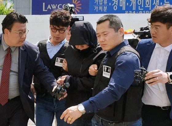 사업가 납치·살인사건에 가담한 혐의(감금)로 기소된 국제PJ파 부두목의 친동생 B씨(58)가 지난 5월 24일 영장실질심사를 받기 위해 광주지법에 출석하고 있다. [연합뉴스]