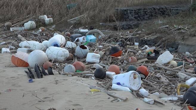 규슈 해안에 널브러져 있는 해안 쓰레기들. 한국, 중국 쓰레기들이 다수 포함돼 있다. [사진 공성룡]