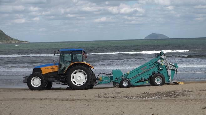 비치클리너로 해안 널브러진 쓰레기를 치우고 있다. [사진 공성룡]