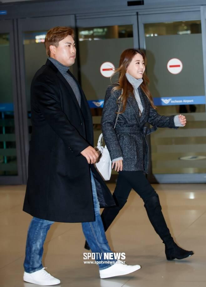 ▲ 토론토 블루제이스와 계약한 류현진(왼쪽)과 아내 배지현 씨. ⓒ한희재 기자