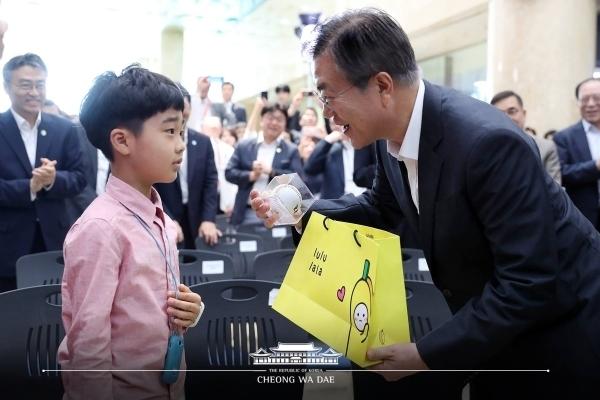 지난해 '혁신성장 확산을 위한 의료기기 분야 규제혁신 및 산업 육상 방안' 발표 행사에 문재인 대통령은 김미영 대표와 아들 정소명 군을 만났다. ⓒ청와대