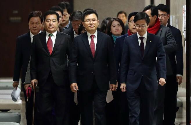 황교안 자유한국당 대표(가운데)가 1월2일 국회에서 열린 최고위원회의에 입장하고 있다. 한겨레 김경호 선임기자