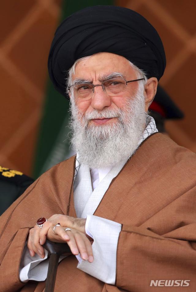 【테헤란=AP/뉴시스】 이란 최고지도자 아야톨라 알리 하메네이가 3일 공군방공대 졸업식에 참석 학생들을사열하고 있다. 공식 웹사이트 제공 사진.  2019. 11. 3.