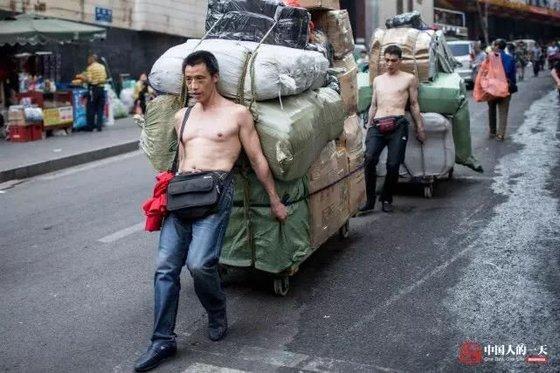 충칭시 차오톈먼 도매시장에서 짐을 나르는 일을 하는 짐꾼은 흔히 ' 방방'으로 불린다고 한다. [중국 인민망 캡처, 쉬캉핑]
