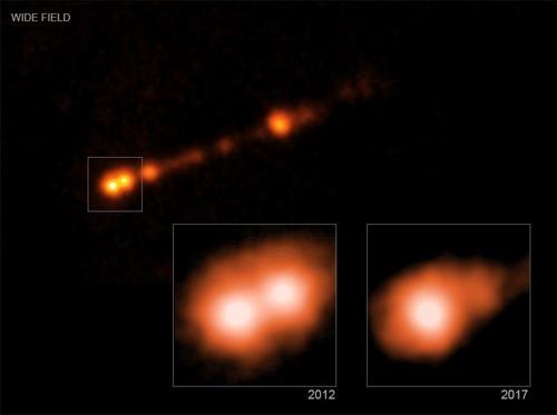 1만8천광년 걸쳐있는 M87* 제트 박스(왼쪽) 안은 블랙홀 주변 물질과 900광년 떨어진 곳의 제트내 물질 덩어리에서 방출된 X선을 나타낸 것으로, 5년 뒤인 2017년(오른쪽 박스)에는 물질 덩어리가 빛에 가까운 속도로 이동하면서 사라진 것으로 나타났다. [NASA/CXC 제공]