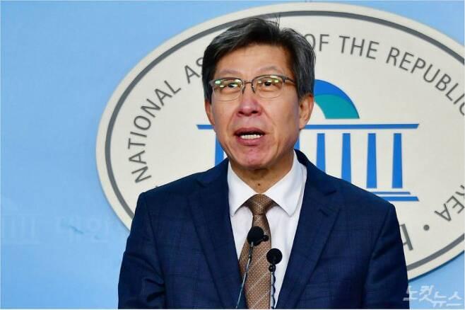 보수 통합을 추진하는 혁신통합추진위원회(혁신통추위)의 위원장을 맡은 박형준 전 의원이 9일 오후 국회 정론관에서 기자회견을 하고 있다. 윤창원기자